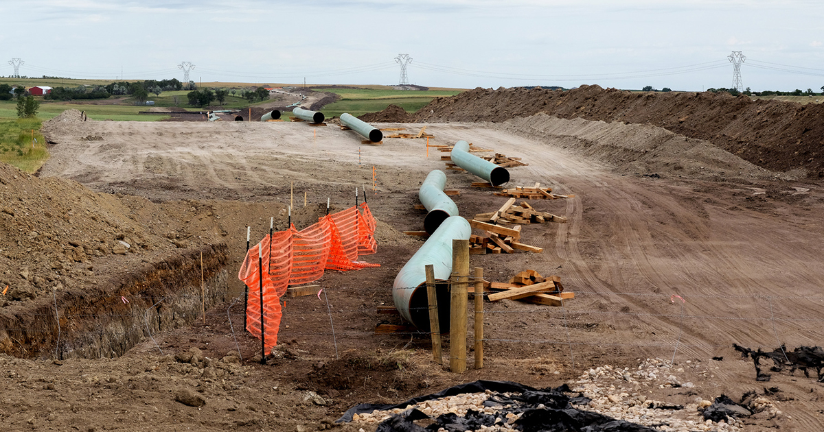 The Dakota Access Pipeline is currently under construction near the Standing Rock Sioux reservation in North Dakota. The finished pipeline will cross under the Missouri River and carry up to 450,000 barrels per day of crude oil. Photo by Lars Plougmann [CC BY-SA 2.0 (http://creativecommons.org/licenses/by-sa/2.0)] via Flickr